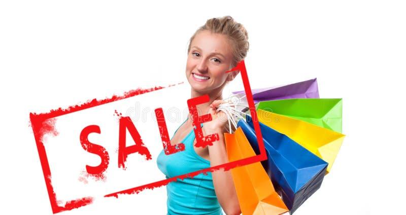 Achats La femme tient des paniers avec la vente images libres de droits