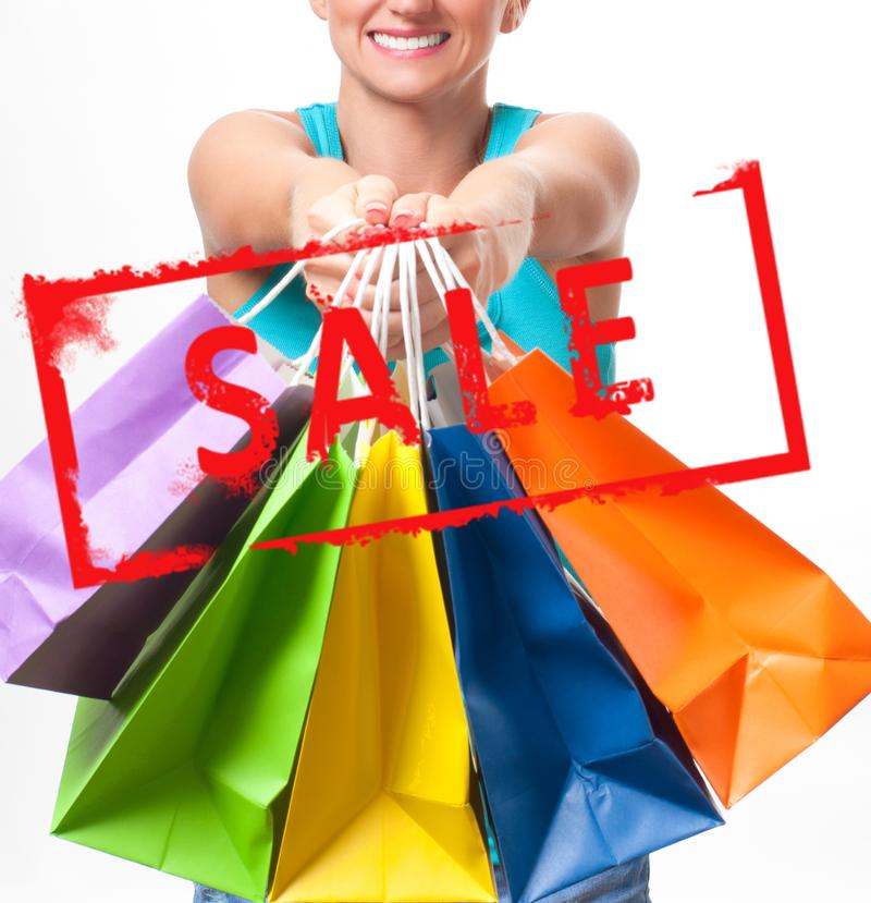 Achats La femme tient des paniers avec la vente photos stock