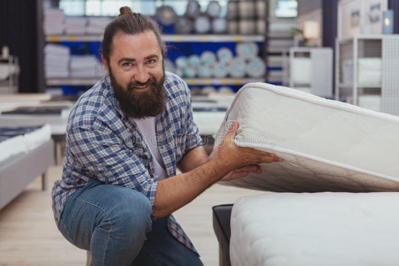 Achats mûrs barbus d'homme au magasin de meubles photos libres de droits