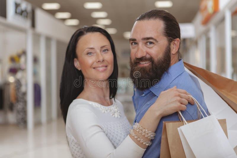 Achats m?rs heureux de couples au mail image stock