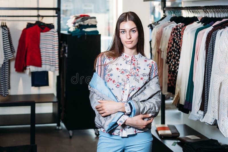 Achats, mode, style, vente, achats, affaires et les gens belle jeune femme heureuse de concept dans le magasin d'habillement Busi photo libre de droits