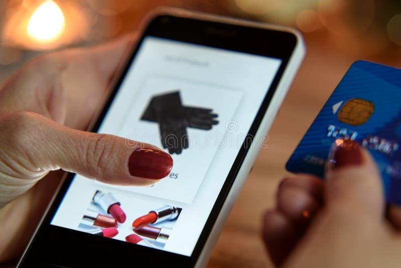 Achats modernes dans l'e-magasin images stock