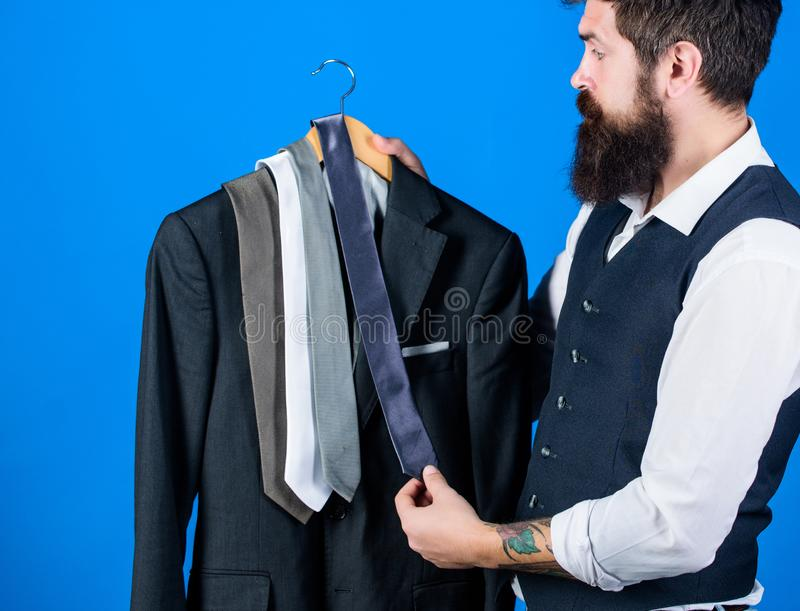 Achats pour le vêtement d'affaires Cravate assortie de client barbu à enduire dans le centre commercial Hippie faisant des emplet photos libres de droits