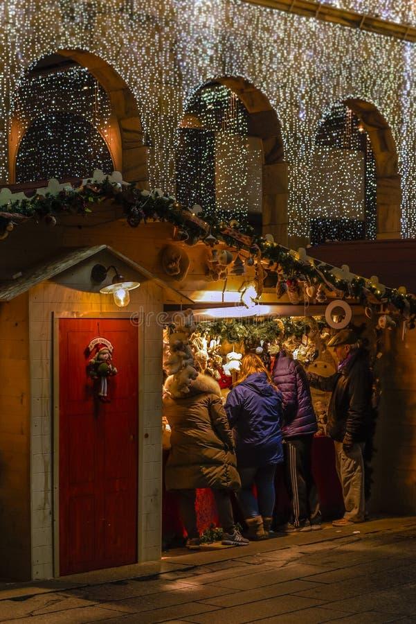 Achats sur des marchés de Noël à Milan par nuit image libre de droits