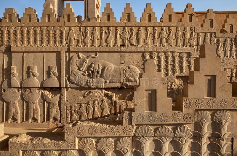 Achemenide Bas Relief sui pannelli laterali della scala al castello in Persepolis di Shiraz immagini stock libere da diritti