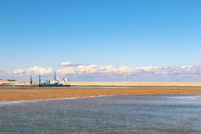 Acheminez la péniche de dragage sur la côte centrale de la Nouvelle-Galles du Sud photographie stock