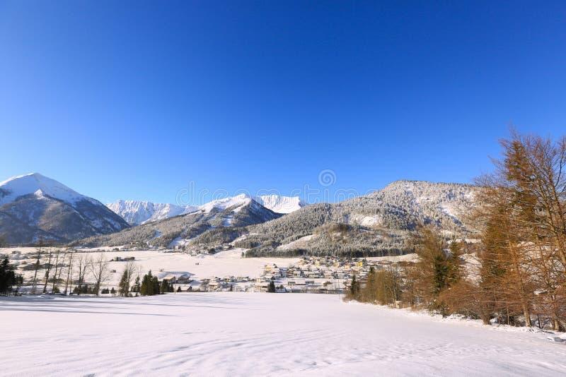 Achenkirch Alpien dorp in Oostenrijk binnen omvat in sneeuw, de winter royalty-vrije stock afbeeldingen