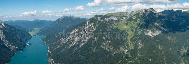 Achensee em Tirol com montanhas de Rofan fotos de stock royalty free