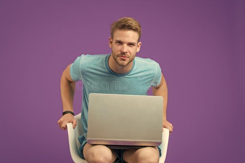Achetez en ligne Achats en ligne d'avantages de prise Acc?s d'Internet libre Homme avec l'Internet surfant d'ordinateur portable  images stock