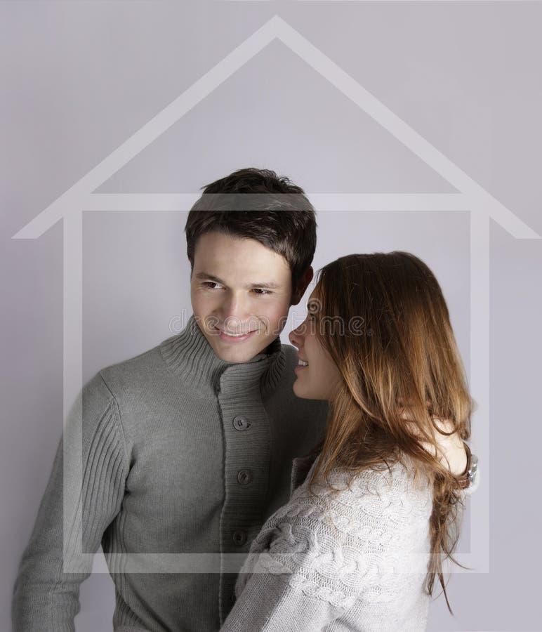 achetez la maison de couples pensant à image stock