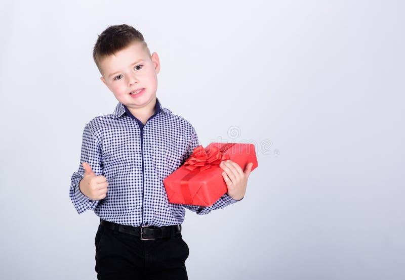 Achetez les cadeaux Bo?te-cadeau de prise de petit gar?on d'enfant No?l ou cadeau d'anniversaire Vente saisonni?re de achat de va image stock