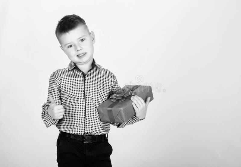 Achetez les cadeaux Bo?te-cadeau de prise de petit gar?on d'enfant No?l ou cadeau d'anniversaire Vente saisonni?re de achat de va images stock