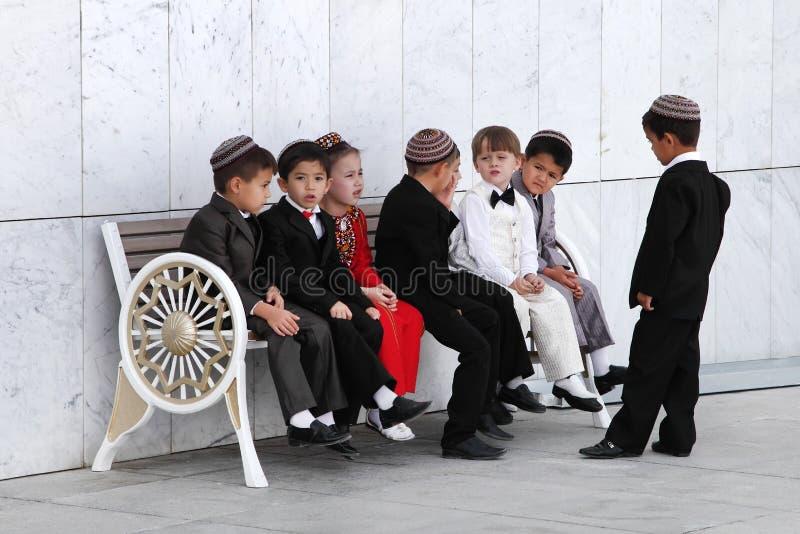 Achgabat, Turkménistan - 25 mai Groupe de sittin asiatique d'enfants images stock