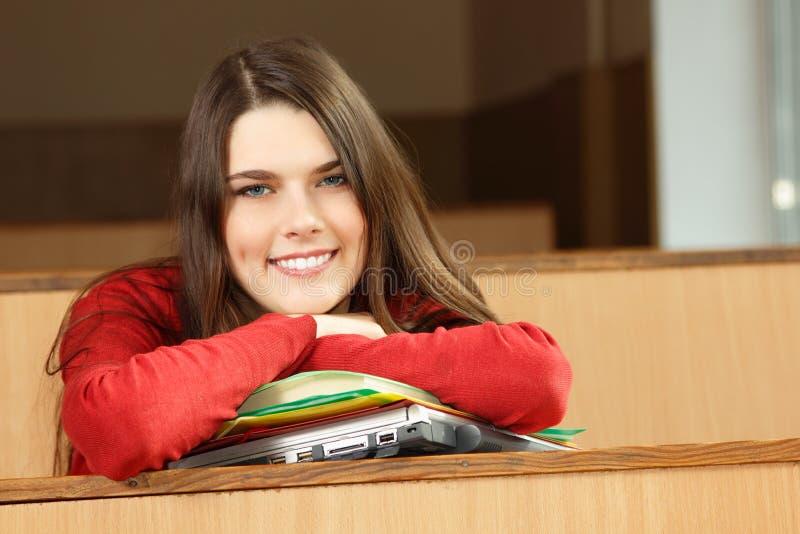 Achiever красивой предназначенной для подростков девушки высокий в классе стоковое фото