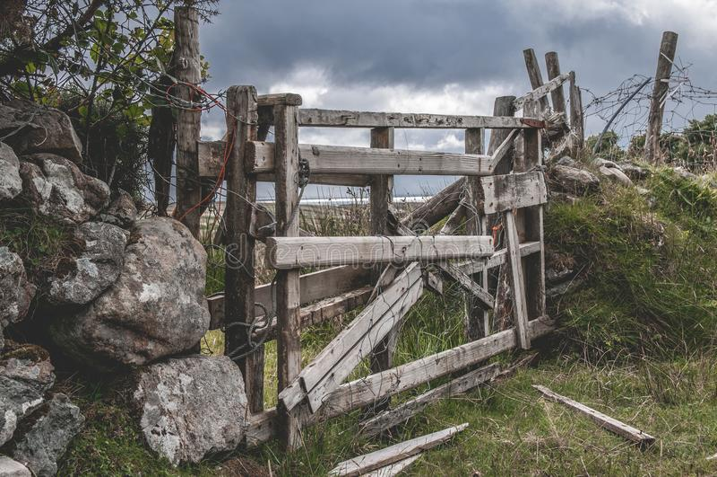 Achill wyspa Łamająca Stara Drewniana brama zdjęcie royalty free
