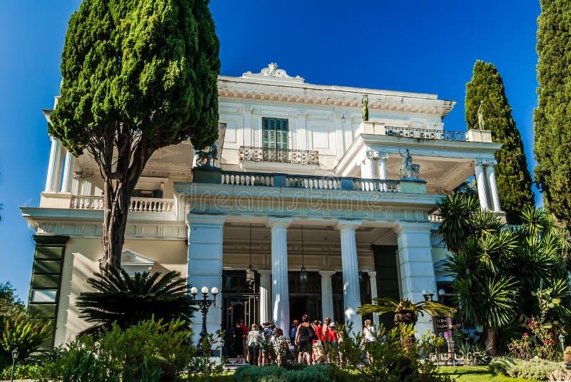 ACHILLEION pałac, CORFU wyspa GRECJA, Sierpień, - 8, 2014: Ludzie zdjęcia stock