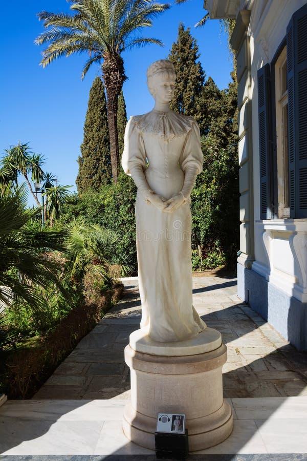 Achilleion pałac w Corfu wyspie, Grecja Statua imperatorowa Austria Elisabeth Bavaria, także znać jako Sisi obraz stock