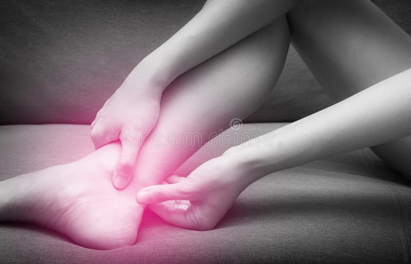 Achilles Tendinitis con el punto rojo, el tono blanco y negro, lesión después de ejercitar y el funcionamiento Necesite ver al do fotografía de archivo
