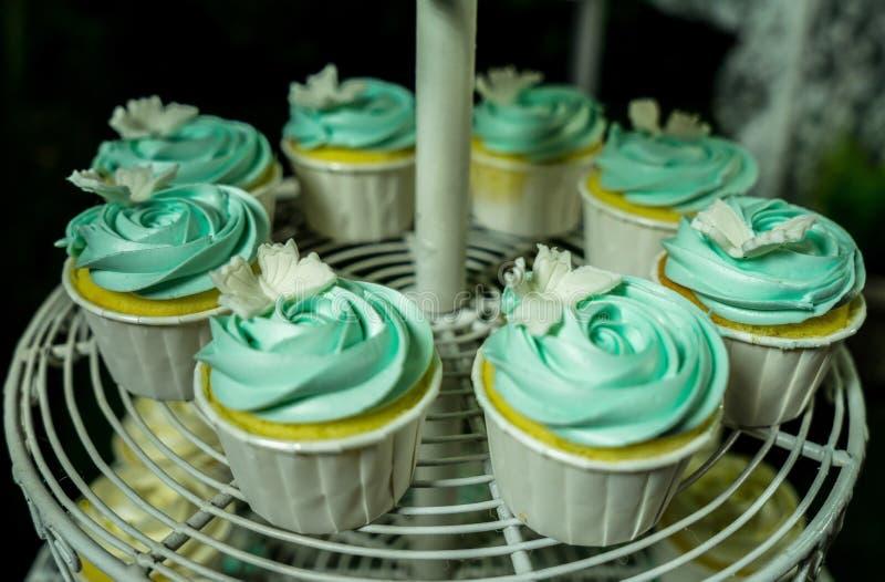Acht blaue kleine Kuchen auf cakestand stockfoto