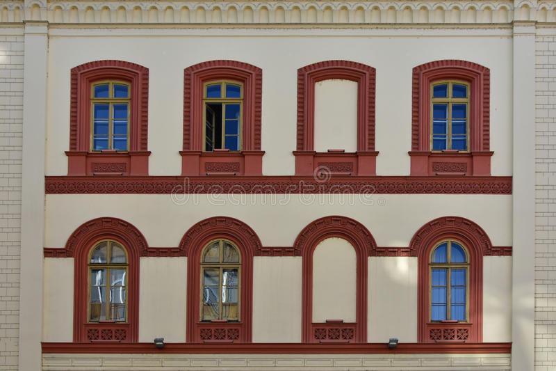 Acht Fenster auf der Wand stockfotografie