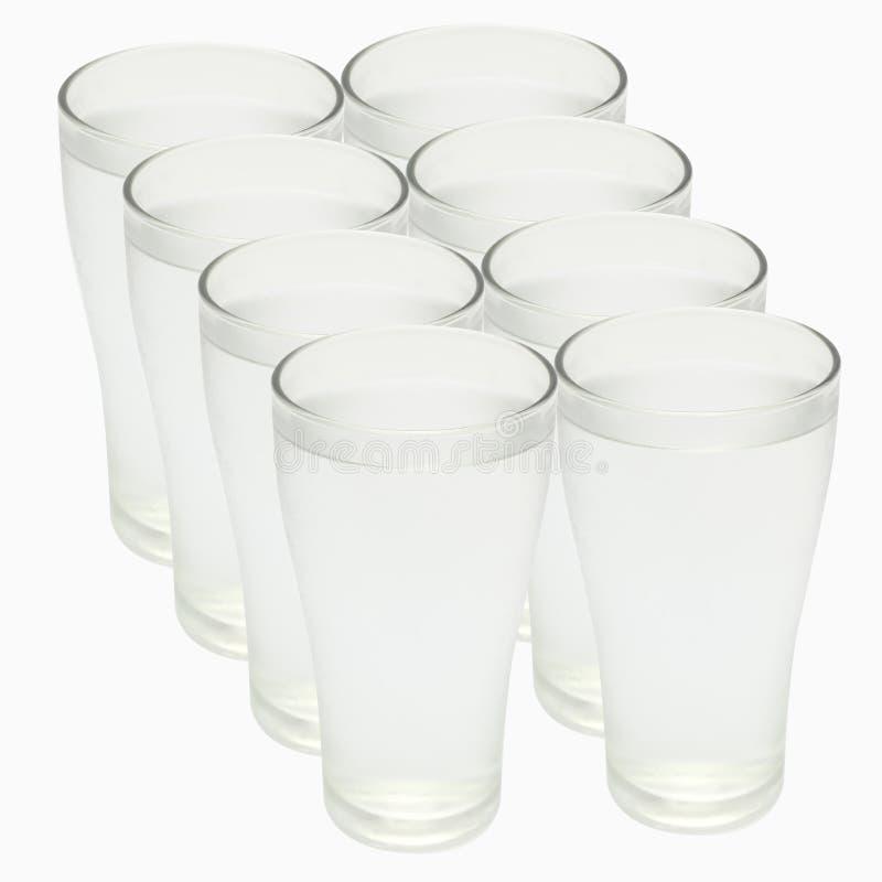 Acht Gläser Wasser, Ausschnitts-Pfad lizenzfreies stockfoto