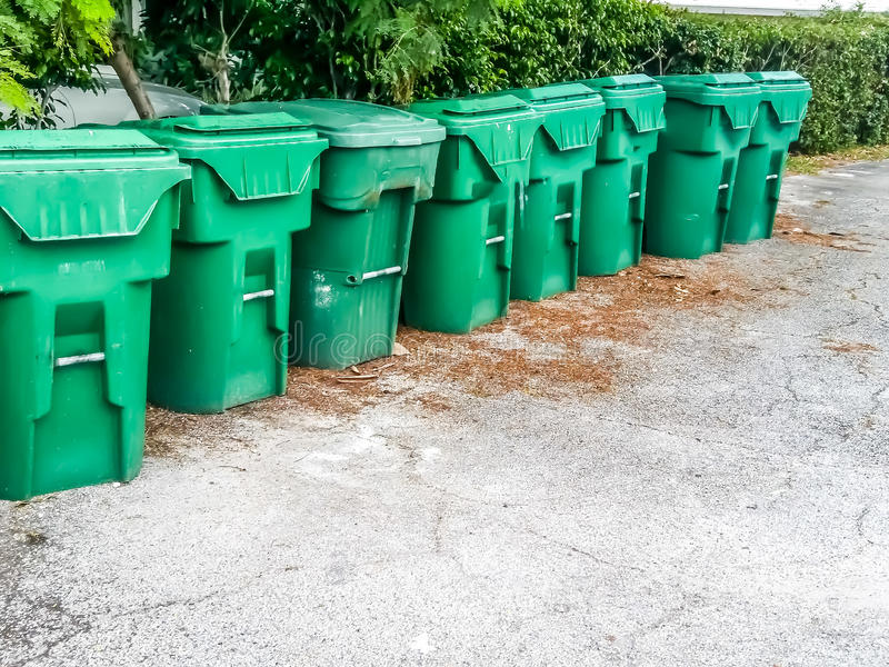 Acht Groene rubbervuilnisbakken stock afbeeldingen