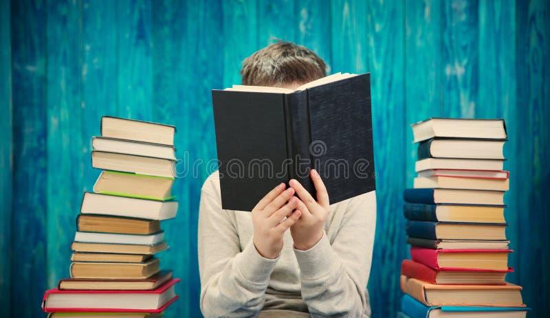 Acht Jahre altes Kind, die ein Buch lesen lizenzfreies stockfoto