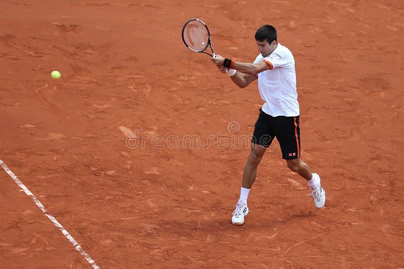 Acht keer Grote Slagkampioen Novak Djokovic in actie tijdens zijn derde ronde gelijke in Roland Garros stock foto