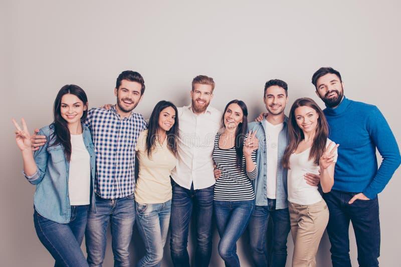 Acht nette junge Leute, die auf dem reinen Ba umfassen und lächeln lizenzfreies stockbild