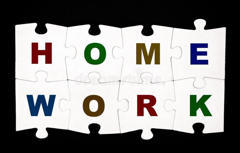 Acht Stücke des Puzzlespiels mit Buchstaben HAUSARBEIT stockfotografie