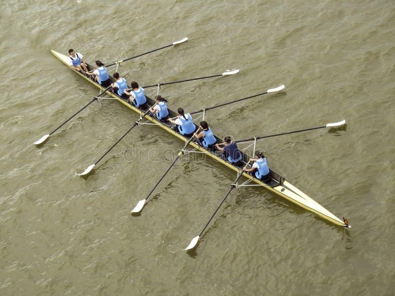 Acht teammeisjes die treffen voor de concurrentie voorbereidingen roeien royalty-vrije stock foto's