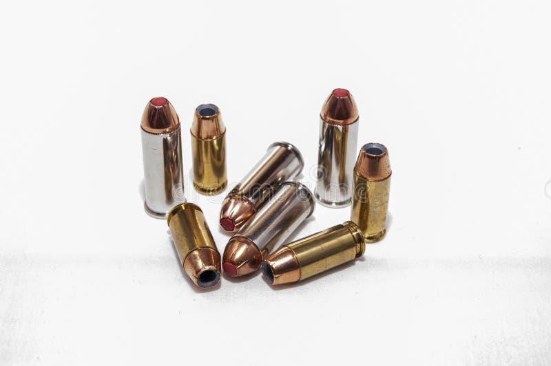 Acht verschillende kogels, vier 44spl en kaliber vier 40 royalty-vrije stock fotografie