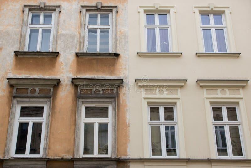 Acht Weiß Windows auf der Fassade der zwei Häuser der alten und neuen Stellung nebeneinander stockbilder