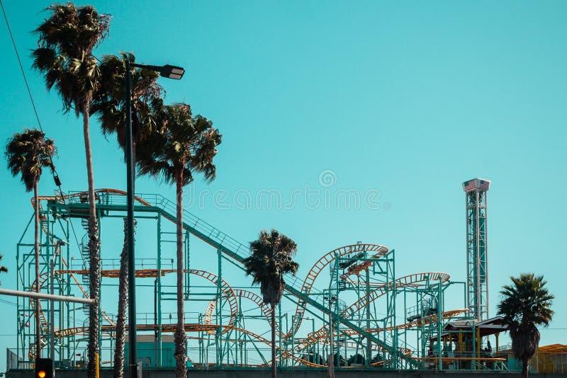 Achtbaan in Santa Cruz Boardwalk, Californië, Verenigde Staten stock foto