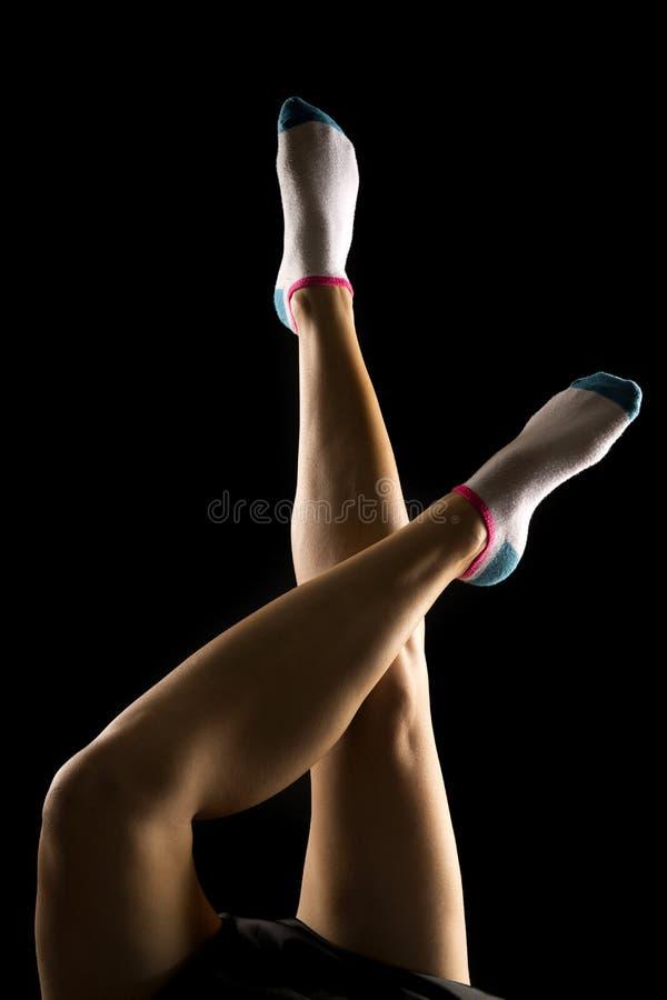 Achter aangestoken gekruiste sokken één van vrouwenbenen stock foto
