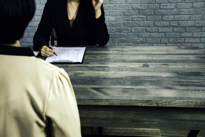 Achter achtermening - het Wijfje legt sollicitaties aan managers en commissies, rekruteringsafdelingen van voor bedrijf in gespre stock afbeelding