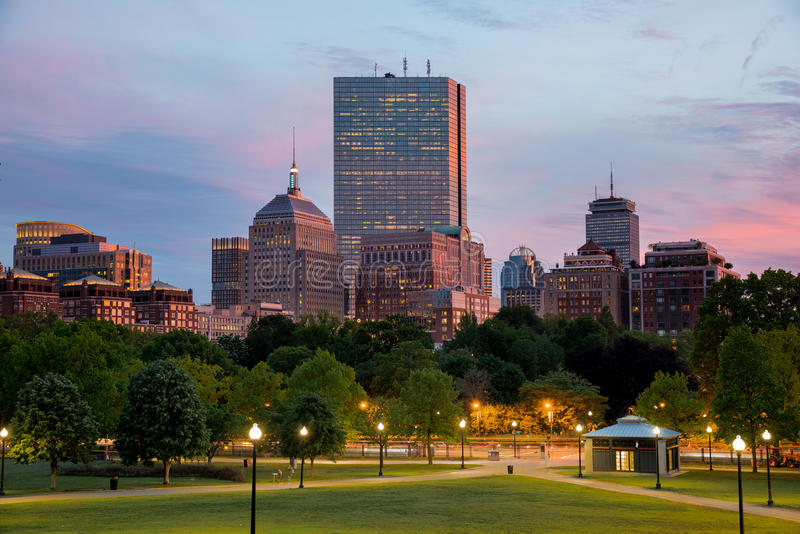 Achter de Baaihorizon van Boston bij Zonsondergang van de Gemeenschappelijke Heuvel van Boston royalty-vrije stock fotografie