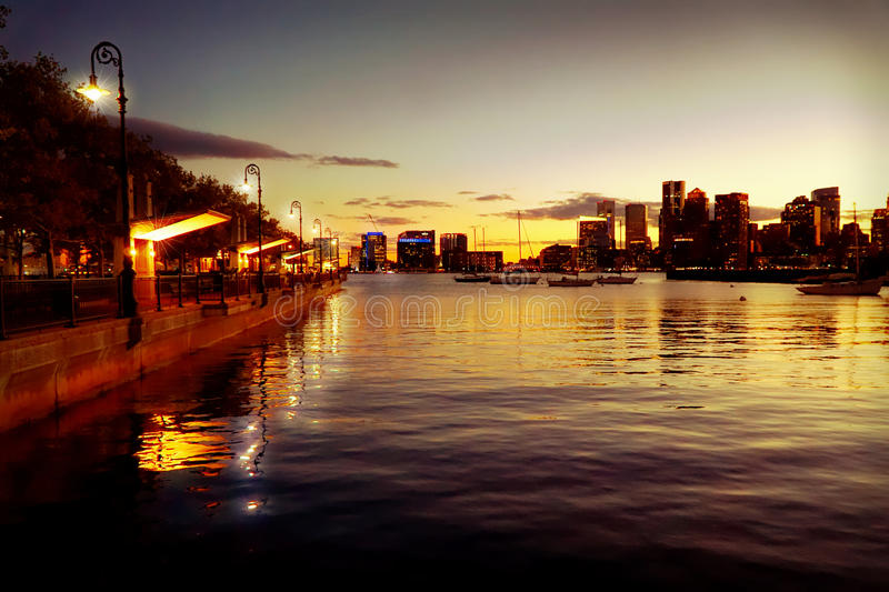 Achter de baaimening van Boston bij nacht na zonsondergang royalty-vrije stock foto's