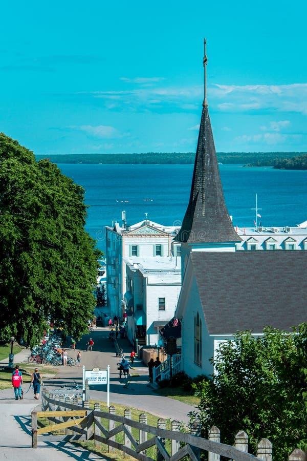 Achter de kerk die van Heilige Anne naar Mackinac-Eiland lopen het van de binnenstad stock afbeeldingen
