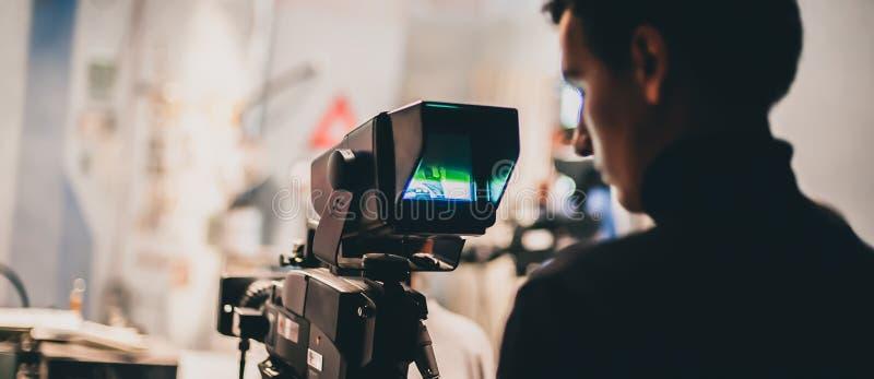 Achter de Scène Cameraman die filmscène met zijn camera schieten royalty-vrije stock afbeelding