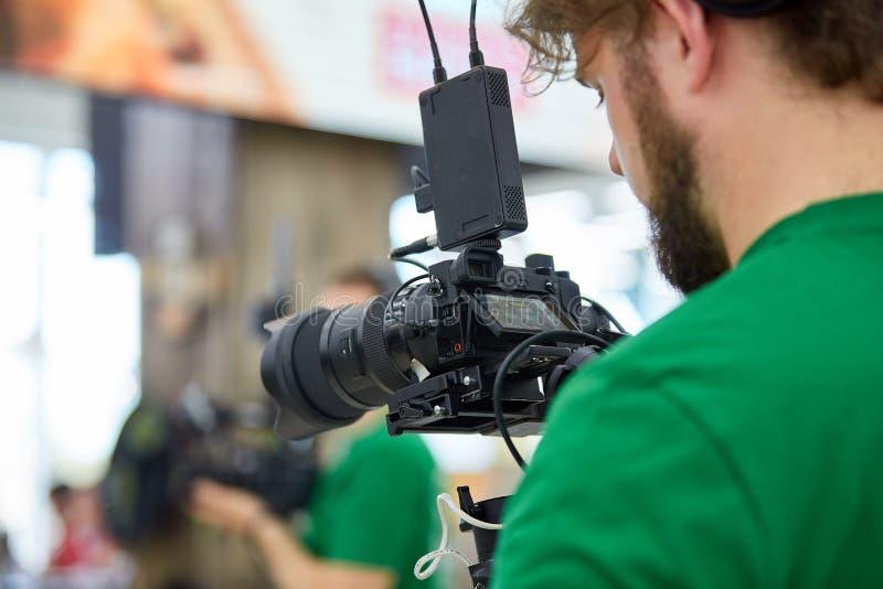 Achter de schermen van film het schieten of videoproductie en filmbemanningsteam met cameramateriaal bij openluchtplaats royalty-vrije stock afbeeldingen