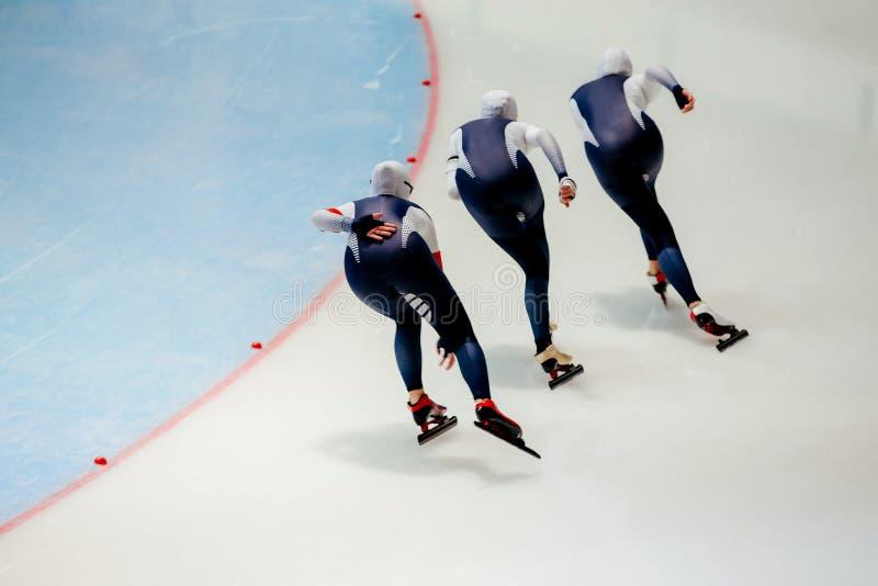 achter de snelheidsschaatsers van vrouwenatleten royalty-vrije stock afbeelding