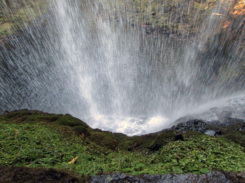Achter de waterval royalty-vrije stock afbeeldingen