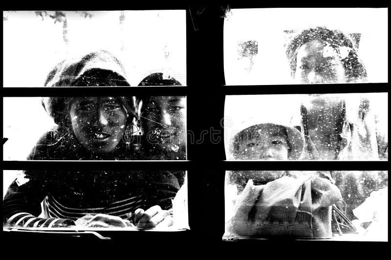 Achter het venster stock afbeeldingen
