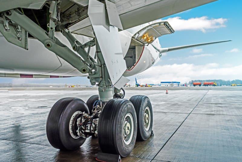 Achter landingsgestel van de wielen rekt het rubberband vliegtuigvliegtuigen, onder vleugelmening stock afbeelding
