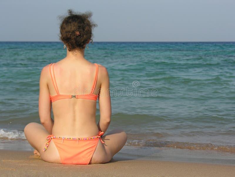 Achter meisje op strand royalty-vrije stock fotografie