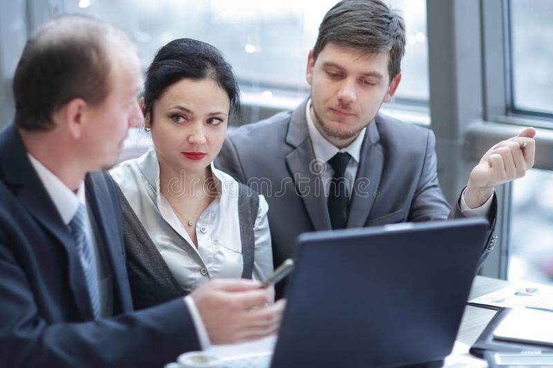 Achter mening groep bedrijfsmensen die laptop in bureau met behulp van stock afbeeldingen