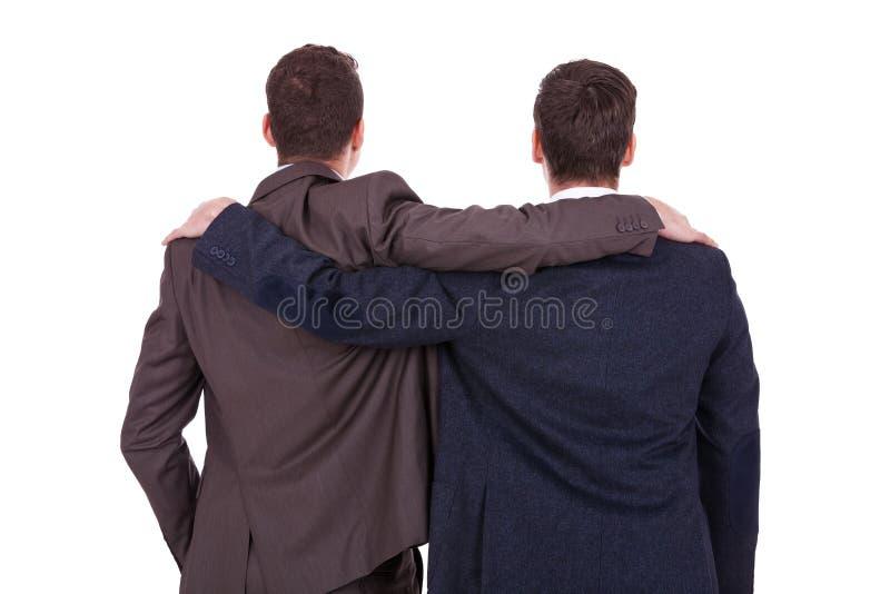 Achter mening van twee jonge bedrijfsmensenvrienden
