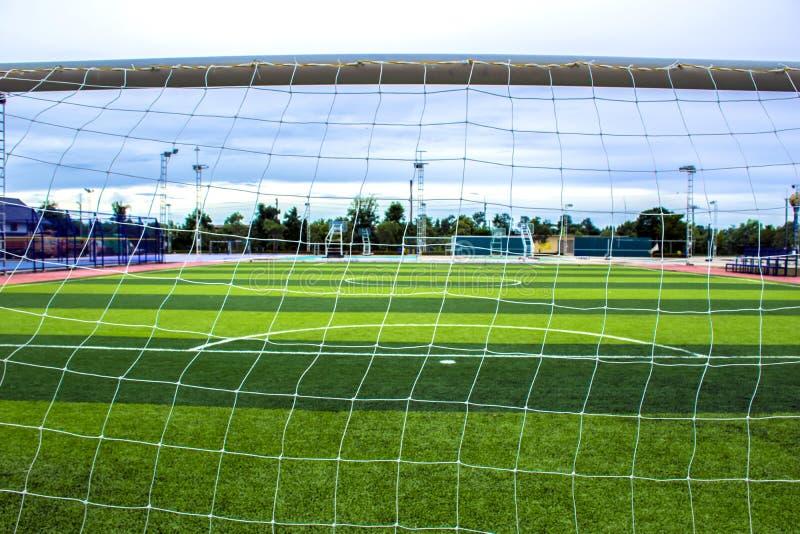Achter netto goalie` s doel Voetbal en voetbal het stadion van het gebiedsgras royalty-vrije stock afbeeldingen