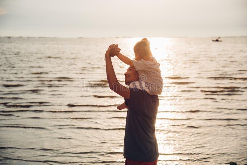 Achter van de vaderpapa en baby de levensstijlzitting van de jongenszoon op schouders stock foto's